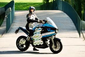 Elektromotorka pojede kolem světa na Dunlopech