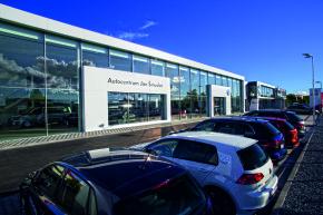 Šmucler otevřel showroom VW v Plzni