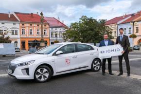 Hyundai předal elektromobil Valašskému Meziříčí