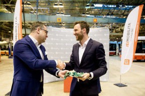CEZ ESCO handed over electric cars to Prague