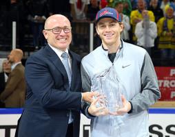 Šéf Škody Maier předal trofej hokejistovi