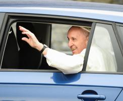 Papež František jezdil po Irsku ve škodovce