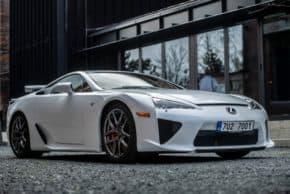 Lexus slaví 30 let, ukázal v Praze kupé RCF