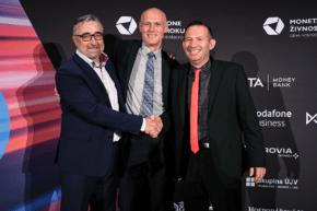 Firma roku 2019: Interaction pověsí na zeď dva diplomy