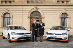 ČEZ půjčil elektrické Golfy Úřadu vlády