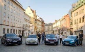 Vozy BMW a MINI rozvážely roušky a léky